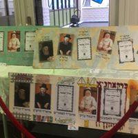 Exposition des toiles des portraits de Rebeim des filles de l'école